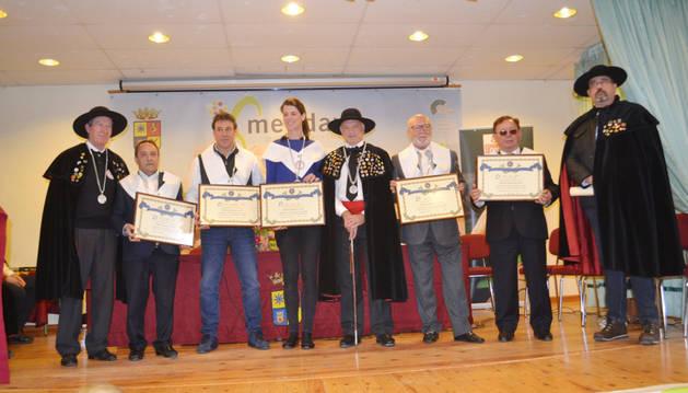 Desde la izda., con los diplomas Julio Noáin, Carlos González, Ruth Beitia, José Ruiz y Ángel Ría con miembros de la cofradía.