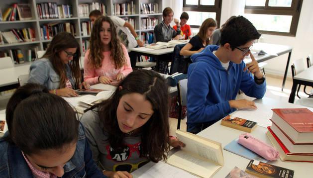 Alumnos de 3º de ESO del IES Valle del Ebro, en la biblioteca.