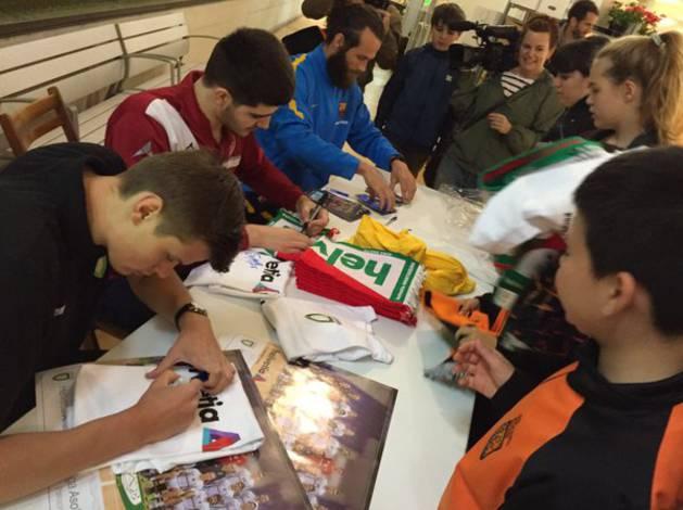 Jugadores de Helvetia Anaitasuna, Barcelona Lassa, Naturhouse La Rioja y Abanca Ademar León han firmado autógrafos.