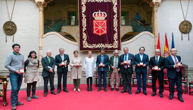Uxue Barkos junto a los galardonados con al Cruz de Carlos III El Noble.