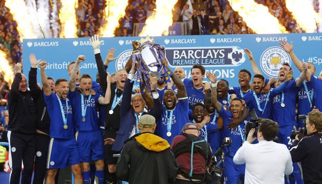 El entrenador y jugadores del Leicester levantan la Premier.