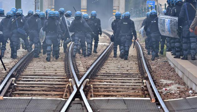 Manifestantes y Policía se enfrentan en la frontera entre Italia y Austria