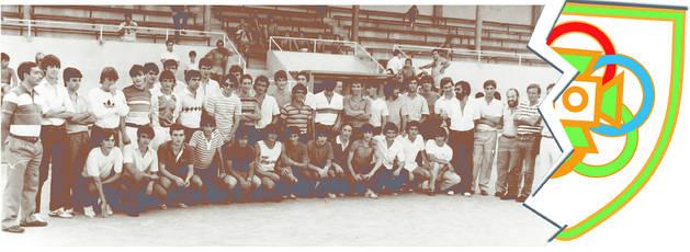 El equipo de Oberena que en la temporada 1983-1984 consiguió el ascenso a Tercera División durante la presentación oficial del club.