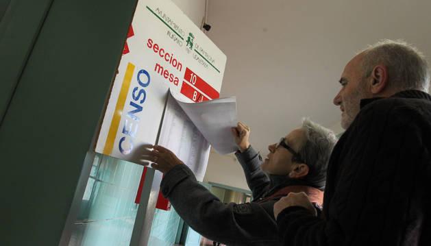 Votantes consultan el censo el Colegio Vázquez de Mellade Pamplona.