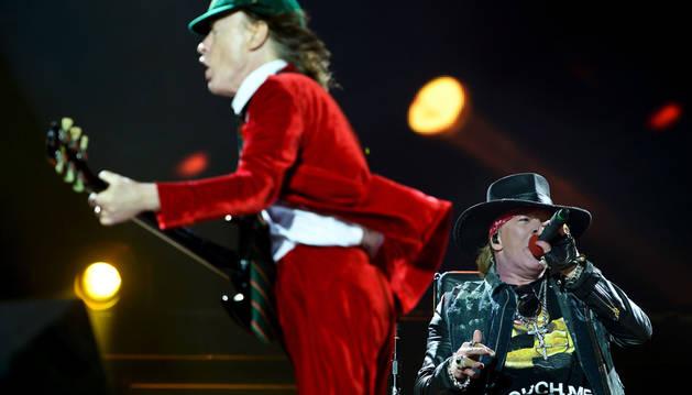 Axl Rose debuta con éxito como vocalista de AC/DC
