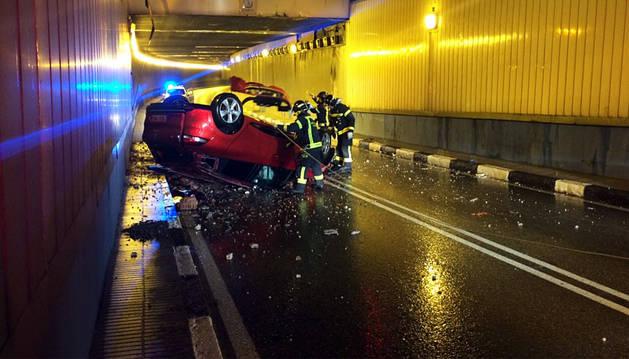 Caen en coche a un túnel desde 4 metros y se dan a la fuga