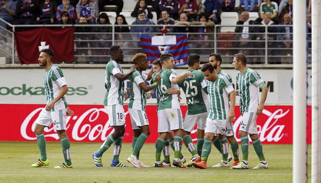 Los jugadores del Betis celebran el gol de Rubén Castro.