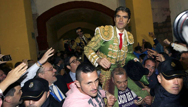 El diestro José Tomás sale por la puerta grande en la feria de Jerez.