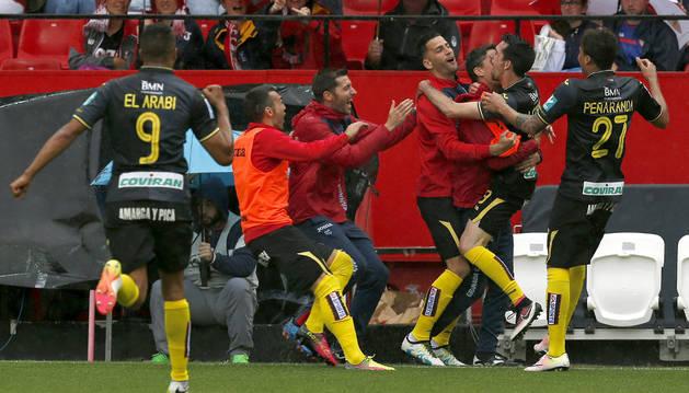 Los jugadores del Granada celebran uno de los dos goles de Isaac Cuenca.