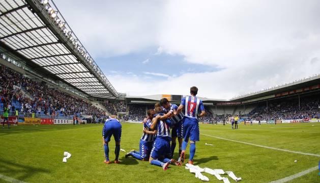 Los jugadores del Alavés celebran un gol.