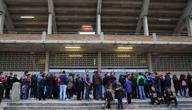 Una imagen de la fila de aficionados que se formó el pasado sábado en El Sadar después del partido contra la Ponferradina para comprar las entradas para Bilbao.