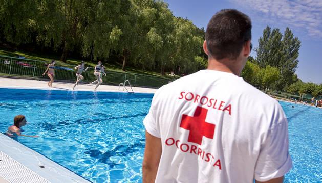 Las localidades buscan personal y gestores para las piscinas estivales