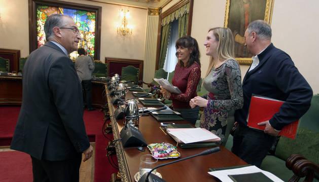 Enrique Maya se dirige a las socialistas Maite Esporrín y Patricia Fanlo. Detrás, José Javier Leoz, que presidió la comisión, ayer.
