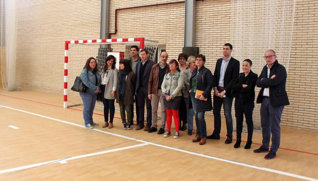 Miembros de la comisión de Educación y representantes del instituto, durante la visita.