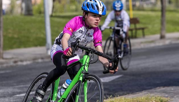 La primera prueba ciclista puntuable de los Juegos Deportivos de Navarra para los más pequeños se saldó con un éxito rotundo de participación y de concurrencia. Más de 200 chicos y chicas de entre 6 y 14 años se citaron en el polígono Landazábal de Villava el domingo uno de mayo para competir. Todos ellos unidos por una gran pasión: la bicicleta.