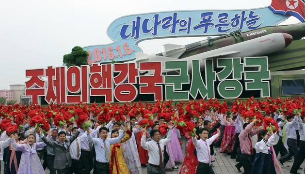 Kim Jong Un cierra el congreso del partido dándose un baño de multitudes