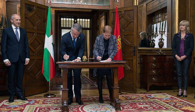 Uxue Barkos e Íñigo Urkullu firman el protocolo de colaboración que actualiza la cooperación entre Navarra y País Vasco.