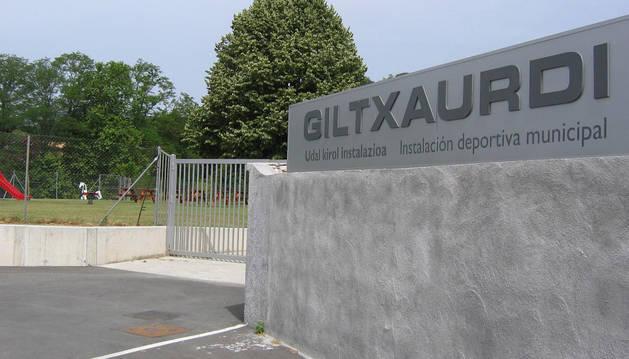 Accesos a las instalaciones deportivas municipales de Giltxaurdi.