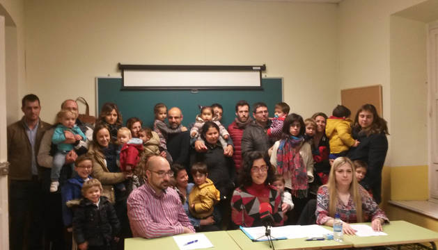 Representantes de las familias el día que anunciaron la interposición del recurso contra el Ayuntamiento, en rueda de prensa.