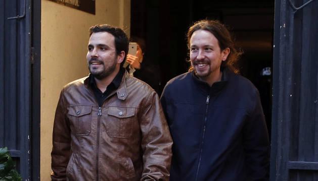 Los líderes de Podemos, Pablo Iglesias, y de Izquierda Unida, Alberto Garzón, salen de la sala Mirador.