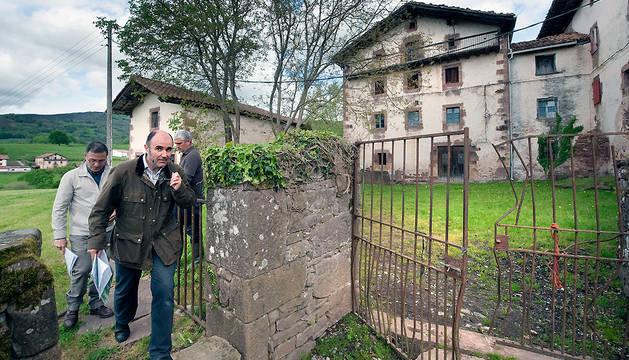 El vicepresidente Ayerdi, junto al Palacio de Aroztegia.