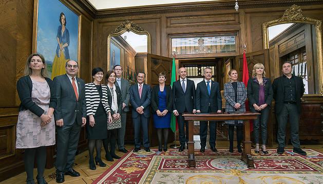 Imagen de grupo tras la firma del protocolo.