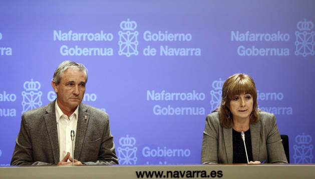 El consejero Mikel Aranburu y la portavoz del Gobierno, Ana Ollo, en una rueda de prensa.