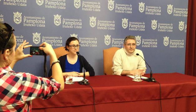 La concejal especial de Igualdad en el Ayuntamiento de Pamplona,  Laura Berro (Aranzadi), junto a su compañero de grupo municipal, Alberto Labarga, concejal de Participación Ciudadana, durante la comparecencia del miércoles.