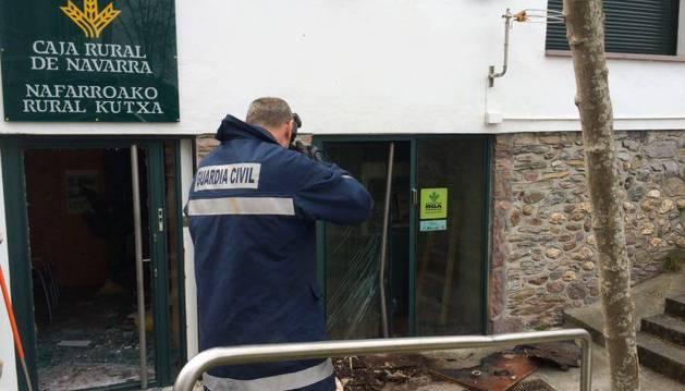 Un agente de la Guardia Civil toma fotos del cajero afectado.