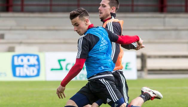 Álex Berenguer, canterano de Osasuna, intenta golpear el balón ante la presencia de Manuel Sánchez en el entrenamiento del miércoles.