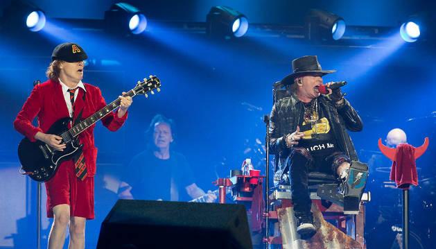 Angus Young, y el vocalista Axl Rose, voz de Guns' N Roses, durante el concierto en Sevilla