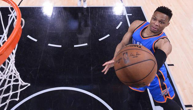 Russell Westbrook de Thunder encesta ante Spurs