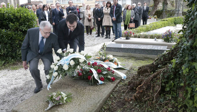 Una ofrenda floral en la tumba de Cela le honra en su centenario