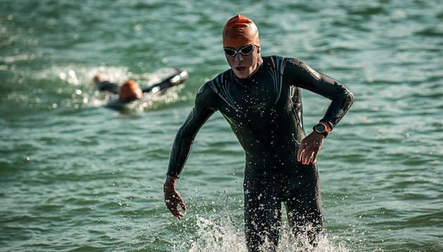 Un triatleta sale del agua.