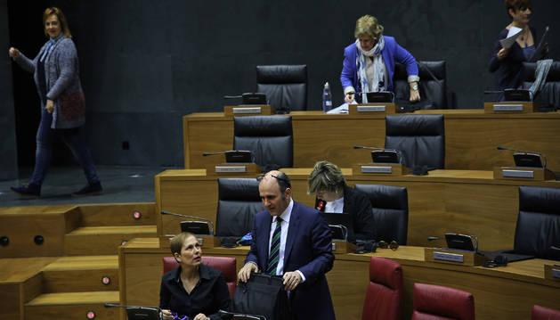Manu Ayerdi, de pie junto a Uxue Barkos, respondió ayer a las preguntas de los socialistas.