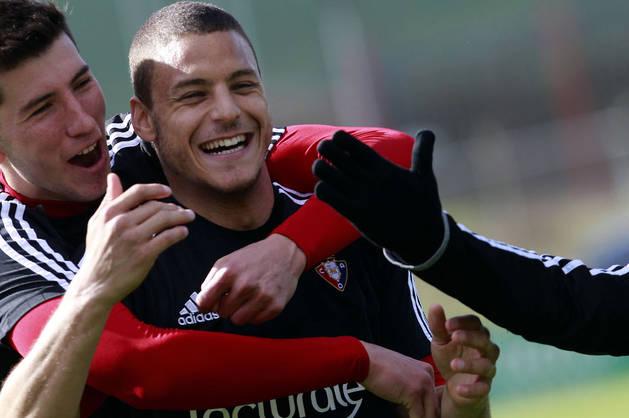 David García se abraza a Tano durante un entrenamiento.