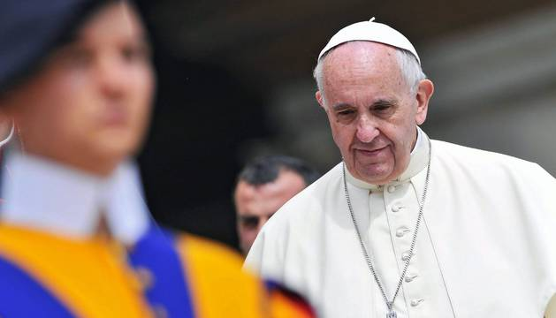 El papa Francisco (d) durante la audiencia general de los miércoles.