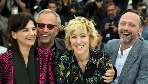 Juliette Binoche, Fabrice Luchini, Valeria Bruni Tedeschi y Jean-Luc Vincent posan para los fotógrafos en Cannes.
