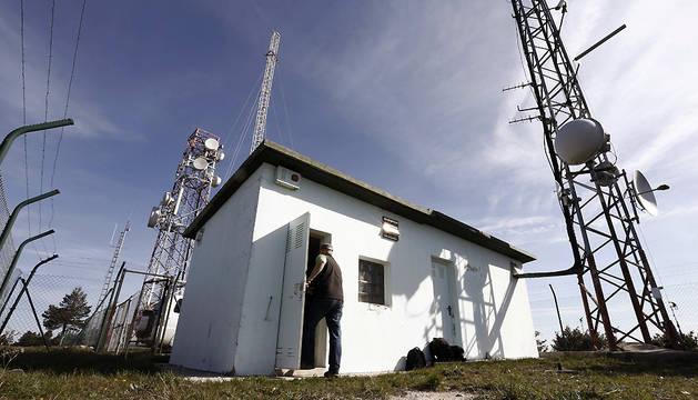 Un operario entra a la caseta de un repetidor situado en El Perdón desde donde EiTB emitía su señal a la comarca de Pamplona.