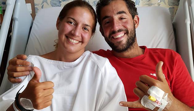 Marta Miguel y David Hernández posan sonrientes en el Hospital Gleneagles de Kota Kinabalu (Malasia).