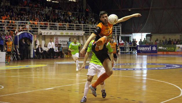 Luisma realiza un control acrobático en una jugada que estuvo cerca de acabar en gol.