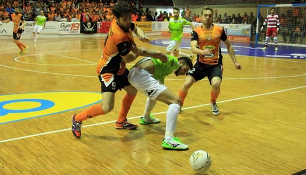 Lucho, de Aspil Vidal Ribera Navarra, y Taffy, de Palma Futsal, pugnan el balón