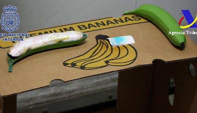 Una de la bananas, con la droga en su interior.