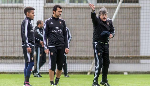 Martín Monreal da indicaciones durante el entrenamiento de ayer mientras Antonio Otegui y De las Cuevas le observan.