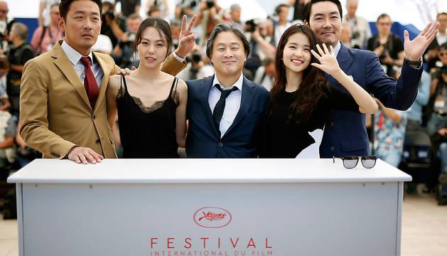 Ha Jung-Woo, Kim Min-Hee, Park-Chan-Wook, Kim Tae-Ri y Jo Jing-Woong posan para los fotógrafos en Cannes.
