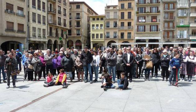 Varias decenas de personas se acercaron ayer a la plaza de los Fueros para participar en el homenaje y escuchar el relato de lo sucedido en Montejurra en el año 1976.