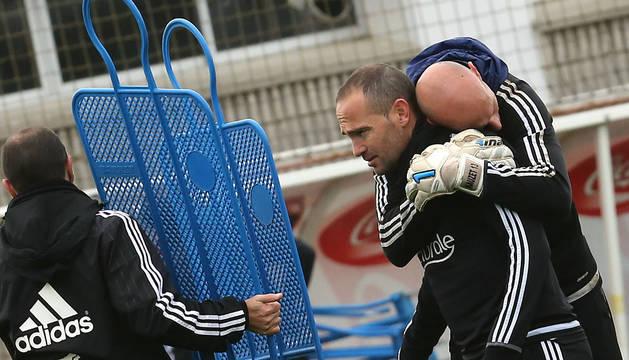 Nauzet abraza a Nino en un entrenamiento.