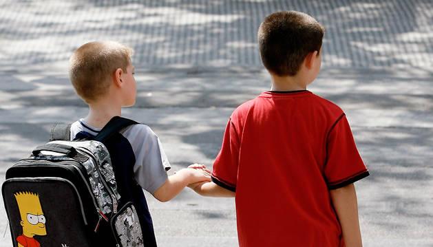 Dos niños caminan hacia el colegio, en una fotografía de archivo captada al inicio del pasado curso escolar.