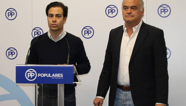 Pablo Zalba y González Pons, en la sede del PP en Pamplona.