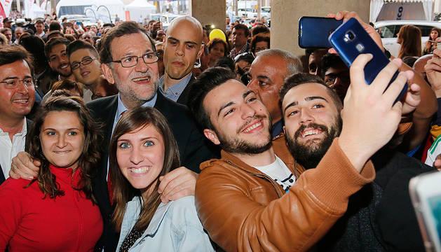 Mariano Rajoy, junto a unos jóvenes simpatizantes en El Ejido.